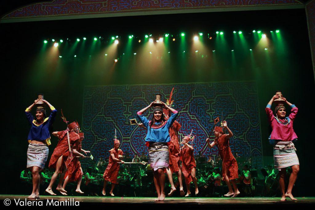 Qué mejor que abrir con Iopatati, danza de la etnia Shipibo-Conibo. Los hombres listos para la pelea y las mujeres con el infaltable masato que sirve para infundir valor y fuerza.