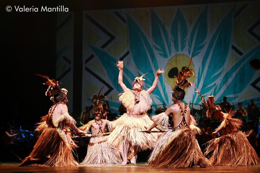 Los Shipibo-Conibo salen de escena y la fiesta de Tulumayos se hace notar con la fuerza y alegría de los bailarines.