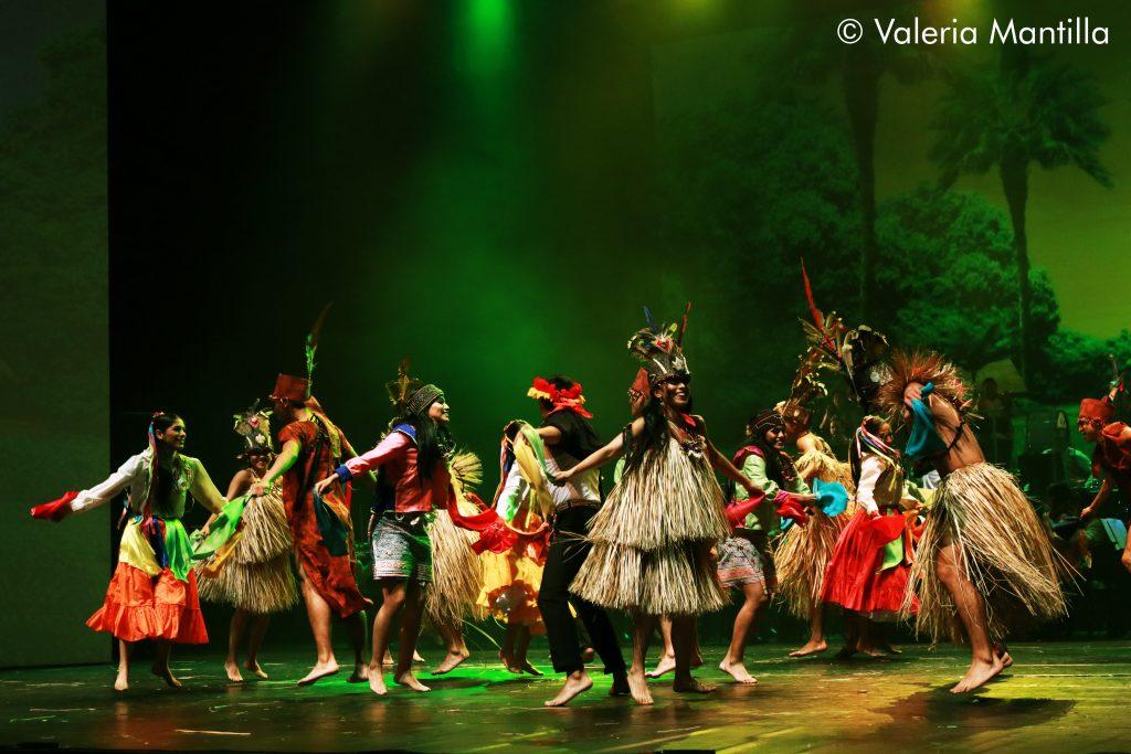Se mezclan los bailarines de cada danza, el cuadro amazónico cierra con una fiesta.  CUADRO ANCASHINO