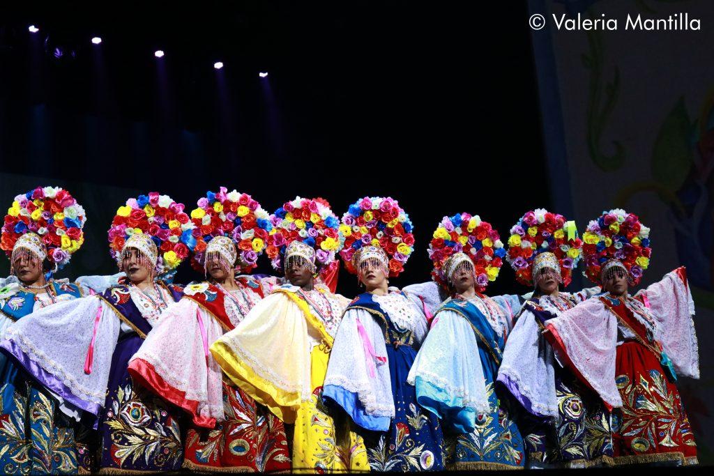 Las Pallas de Corongo invaden el escenario con su elegancia y orden al bailar.
