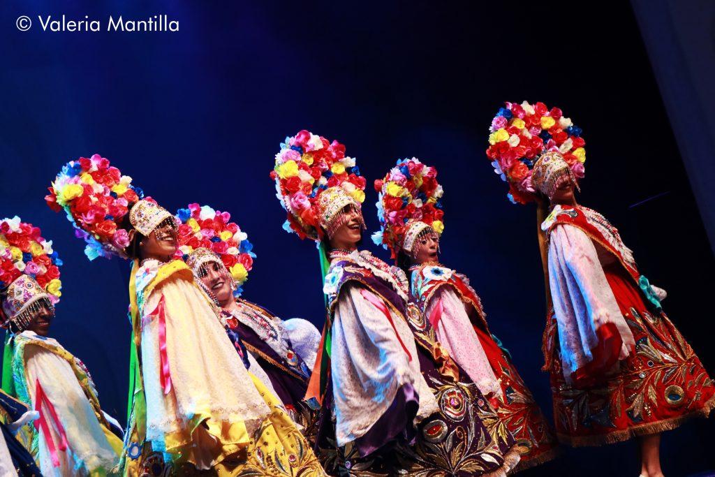 Los coloridos vestuarios y la delicadeza de las bailarinas hace que no se quite la mirada del escenario, se despiden las Pallas.