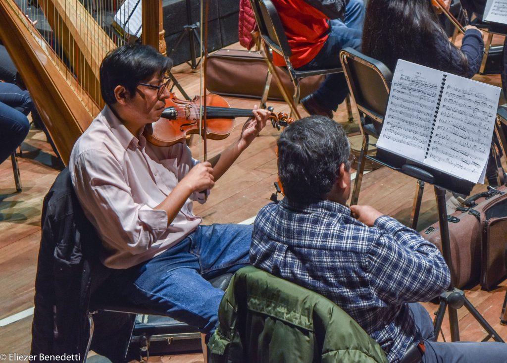 En el show presentado dentro de la obra, los violines toman protagonismo para representar los celos y alteración del engañado Canio, quien interpreta a Paggliacci en el espectáculo.