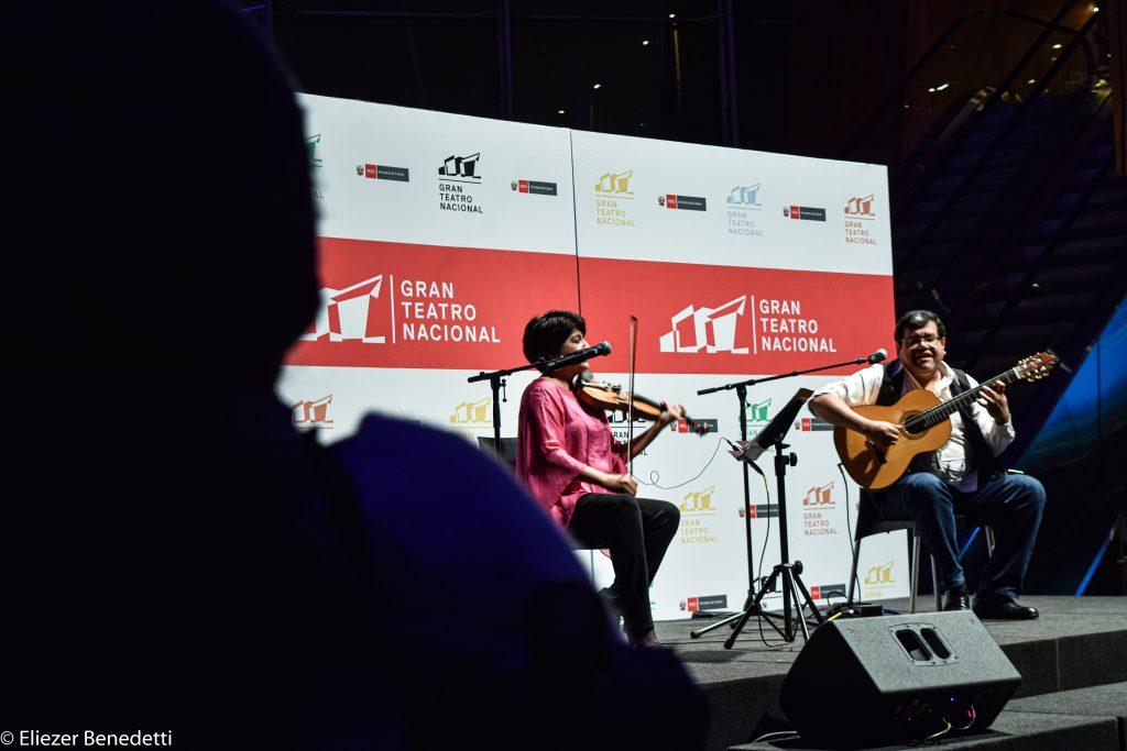 Fernando Valcárcel da lo orden de inicio y  la historia empieza a contarse a través de las cuerdas, los vientos y la percusión